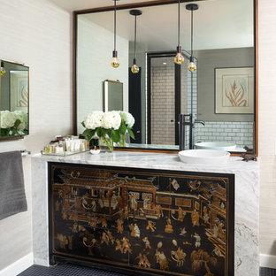 Inspiration för eklektiska vitt badrum med dusch, med bruna skåp, en hörndusch, vit kakel, tunnelbanekakel, beige väggar, ett fristående handfat och dusch med gångjärnsdörr