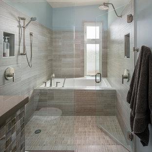 Immagine di una stanza da bagno design con vasca ad alcova, doccia doppia, piastrelle beige, pareti blu e piastrelle in ceramica