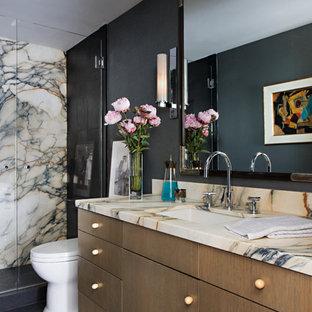 Foto de cuarto de baño actual con armarios con paneles lisos, puertas de armario de madera oscura, lavabo bajoencimera, suelo negro y encimeras beige