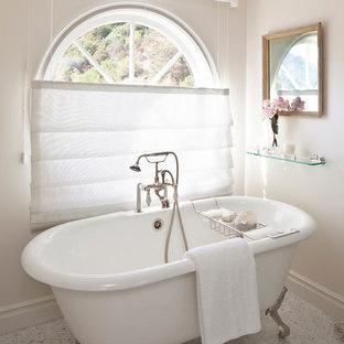 Cette Photo Montre Une Salle De Bain Principale Romantique De Taille  Moyenne Avec Une Baignoire Sur