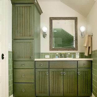 Стильный дизайн: большая ванная комната в стиле современная классика с зелеными фасадами, фасадами с утопленной филенкой, бежевыми стенами, полом из сланца и накладной раковиной - последний тренд
