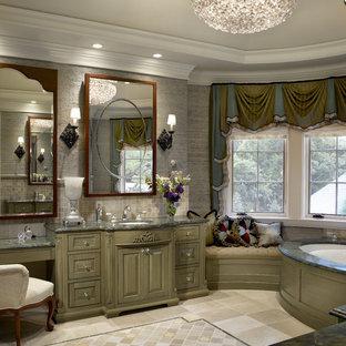 Klassisches Badezimmer mit Unterbauwaschbecken, profilierten Schrankfronten, Unterbauwanne und grünen Schränken in Chicago
