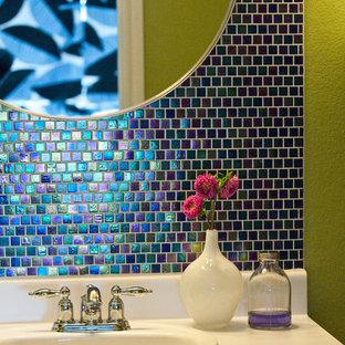 Immagine di una piccola stanza da bagno padronale moderna con lavabo da incasso, ante con riquadro incassato, ante bianche, top in laminato, vasca ad alcova, vasca/doccia, WC a due pezzi, piastrelle blu, piastrelle di vetro, pareti verdi e pavimento in gres porcellanato