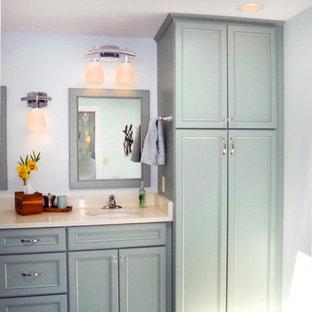 Esempio di una stanza da bagno padronale stile marino con ante con riquadro incassato, ante turchesi, vasca/doccia, pareti blu, pavimento in gres porcellanato, lavabo sottopiano e top beige