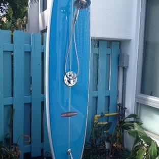 Kleines Eklektisches Duschbad mit offener Dusche, blauer Wandfarbe und Mosaik-Bodenfliesen in Miami