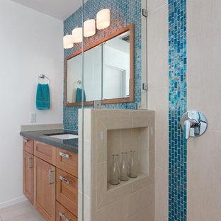Esempio di una stanza da bagno padronale costiera di medie dimensioni con ante in stile shaker, ante in legno scuro, vasca da incasso, doccia doppia, piastrelle blu, piastrelle di vetro, pareti bianche, pavimento con piastrelle in ceramica, lavabo sottopiano, top in granito, pavimento beige, porta doccia a battente e top nero