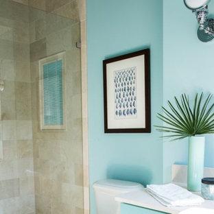 Diseño de cuarto de baño clásico renovado, pequeño, con lavabo bajoencimera, puertas de armario turquesas, encimera de cuarzo compacto, sanitario de dos piezas, baldosas y/o azulejos beige, baldosas y/o azulejos de piedra y suelo de travertino