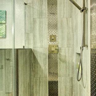 Diseño de cuarto de baño con ducha, minimalista, pequeño, con baldosas y/o azulejos de porcelana, encimera de granito, armarios con paneles lisos, puertas de armario turquesas, ducha esquinera, sanitario de dos piezas, baldosas y/o azulejos beige, paredes beige, suelo de baldosas de porcelana y lavabo bajoencimera