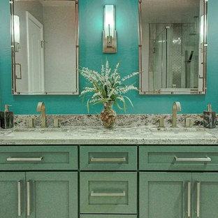 Diseño de cuarto de baño con ducha, minimalista, pequeño, con baldosas y/o azulejos de porcelana, encimera de granito, armarios con paneles lisos, puertas de armario turquesas, ducha esquinera, sanitario de dos piezas, baldosas y/o azulejos beige, paredes verdes, suelo de baldosas de porcelana y lavabo bajoencimera