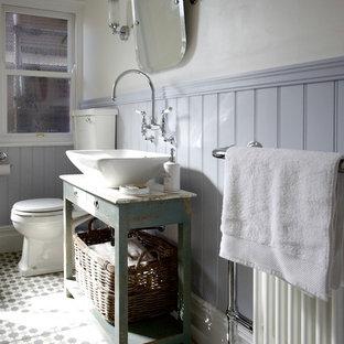 Идея дизайна: детская ванная комната среднего размера в классическом стиле с искусственно-состаренными фасадами, ванной на ножках, душем над ванной, раздельным унитазом, разноцветной плиткой, цементной плиткой, бежевыми стенами, полом из мозаичной плитки и настольной раковиной