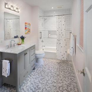 Idee per una stanza da bagno per bambini tradizionale con ante in stile shaker, ante grigie, vasca ad alcova, vasca/doccia, piastrelle bianche, piastrelle diamantate, pareti rosa, pavimento con piastrelle a mosaico, lavabo sottopiano, pavimento grigio, doccia con tenda e top bianco