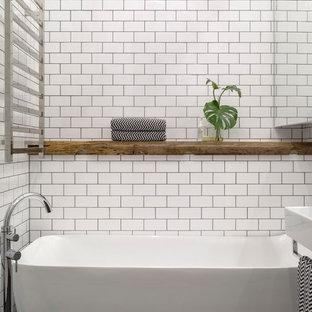 Foto di una stanza da bagno padronale moderna di medie dimensioni con ante di vetro, vasca freestanding, doccia alcova, WC sospeso, pistrelle in bianco e nero, piastrelle in ceramica, pareti bianche, pavimento con piastrelle a mosaico, lavabo sospeso e top piastrellato