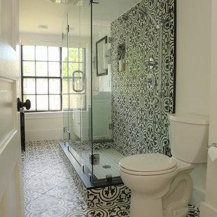 Diseño de cuarto de baño clásico renovado con ducha a ras de suelo, baldosas y/o azulejos blancas y negros, baldosas y/o azulejos de cemento, suelo de azulejos de cemento, suelo multicolor y ducha con puerta con bisagras