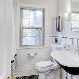 Esempio di una piccola stanza da bagno con doccia tradizionale con WC a due pezzi, pareti grigie, pavimento con piastrelle in ceramica, lavabo rettangolare, pavimento nero e doccia con tenda