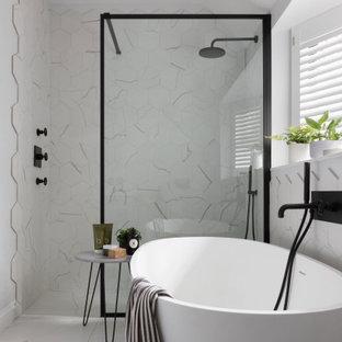 Diseño de cuarto de baño infantil, actual, pequeño, con bañera exenta, baldosas y/o azulejos de porcelana, ducha abierta, ducha a ras de suelo, baldosas y/o azulejos blancos y suelo blanco