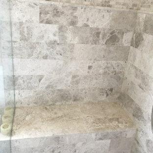 Ejemplo de cuarto de baño principal, casetón y panelado, tradicional, de tamaño medio, panelado, con armarios estilo shaker, puertas de armario blancas, bañera exenta, ducha esquinera, sanitario de una pieza, baldosas y/o azulejos grises, baldosas y/o azulejos de piedra, paredes marrones, suelo de mármol, lavabo bajoencimera, encimera de cuarcita, suelo gris, ducha abierta, encimeras blancas y panelado