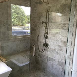 Стильный дизайн: главная ванная комната среднего размера в классическом стиле с фасадами в стиле шейкер, белыми фасадами, отдельно стоящей ванной, угловым душем, унитазом-моноблоком, серой плиткой, каменной плиткой, коричневыми стенами, мраморным полом, врезной раковиной, столешницей из кварцита, серым полом, открытым душем, белой столешницей, сиденьем для душа, тумбой под две раковины, встроенной тумбой, кессонным потолком и панелями на части стены - последний тренд