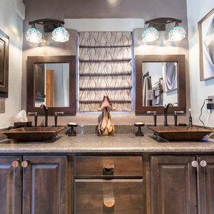 Mittelgroßes Klassisches Badezimmer En Suite mit profilierten Schrankfronten, dunklen Holzschränken, Nasszelle, Toilette mit Aufsatzspülkasten, weißer Wandfarbe, Porzellan-Bodenfliesen, Sockelwaschbecken, Quarzwerkstein-Waschtisch, orangem Boden, Falttür-Duschabtrennung und grauer Waschtischplatte in Albuquerque