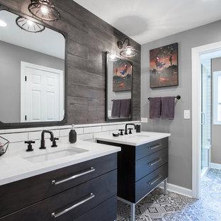 Свежая идея для дизайна: детская ванная комната среднего размера в стиле лофт с фасадами островного типа, темными деревянными фасадами, душем в нише, коричневой плиткой, керамогранитной плиткой, серыми стенами, полом из керамогранита, врезной раковиной, столешницей из искусственного кварца, разноцветным полом, душем с распашными дверями и белой столешницей - отличное фото интерьера
