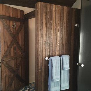 Cette image montre une salle de bain style shabby chic.