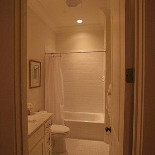 Großes Klassisches Kinderbad mit flächenbündigen Schrankfronten, weißen Schränken, Toilette mit Aufsatzspülkasten, weißen Fliesen, Porzellanfliesen, grauer Wandfarbe, Porzellan-Bodenfliesen, Einbauwaschbecken, Marmor-Waschbecken/Waschtisch, Einbaubadewanne und Duschbadewanne in Sonstige