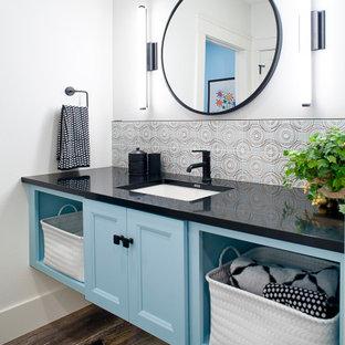 На фото: большая ванная комната в стиле кантри с плоскими фасадами, синими фасадами, тумбой под одну раковину и подвесной тумбой с