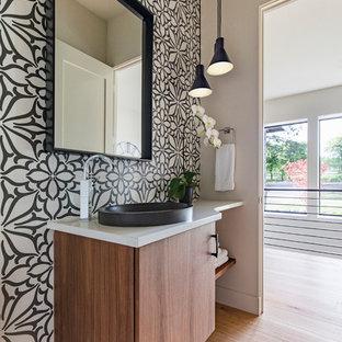 ポートランドのコンテンポラリースタイルのおしゃれな浴室 (中間色木目調キャビネット、モノトーンのタイル、無垢フローリング、ベッセル式洗面器、珪岩の洗面台、茶色い床、白い洗面カウンター、フラットパネル扉のキャビネット、緑の壁) の写真