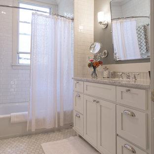Foto på ett litet vintage en-suite badrum, med ett undermonterad handfat, skåp i shakerstil, vita skåp, marmorbänkskiva, ett badkar i en alkov, en dusch/badkar-kombination, vit kakel, tunnelbanekakel, grå väggar, marmorgolv och dusch med duschdraperi