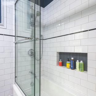 Idee per una stanza da bagno per bambini chic di medie dimensioni con lavabo sospeso, ante lisce, ante in legno scuro, WC monopezzo, piastrelle bianche, piastrelle in ceramica, pareti blu, pavimento in gres porcellanato, vasca ad alcova e vasca/doccia