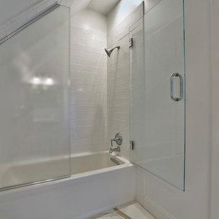 Ejemplo de cuarto de baño infantil, bohemio, pequeño, con bañera empotrada, ducha empotrada, baldosas y/o azulejos blancos, baldosas y/o azulejos de cerámica, paredes blancas y suelo de baldosas de porcelana