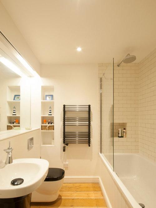 badezimmer mit badewanne in nische und hellem holzboden design ideen beispiele f r die. Black Bedroom Furniture Sets. Home Design Ideas