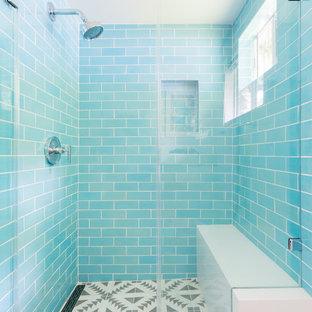 Immagine di una stanza da bagno di medie dimensioni con ante in stile shaker, ante bianche, piastrelle blu, piastrelle in ceramica, pareti bianche, pavimento in cementine, lavabo da incasso, top in quarzo composito, pavimento grigio e porta doccia a battente