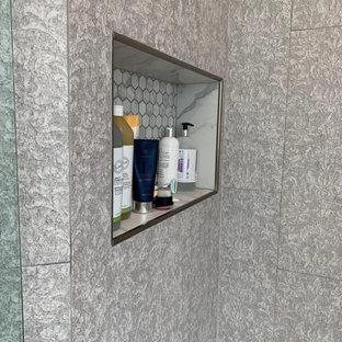 Imagen de cuarto de baño principal, clásico renovado, grande, con armarios con paneles empotrados, puertas de armario grises, bañera exenta, ducha esquinera, sanitario de una pieza, baldosas y/o azulejos grises, baldosas y/o azulejos de pizarra, paredes verdes, suelo de mármol, lavabo bajoencimera, encimera de mármol, suelo gris, ducha con puerta con bisagras y encimeras amarillas