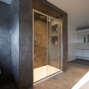 Foto de cuarto de baño principal, tradicional, grande, con puertas de armario blancas, paredes negras, suelo de piedra caliza, encimera de piedra caliza, suelo negro, ducha con puerta corredera y encimeras negras