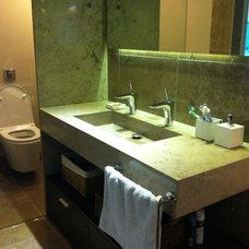 Contemporary Bathroom by alejandra achaval arq.