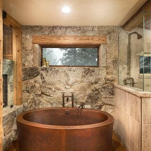 Diseño de cuarto de baño principal, rural, de tamaño medio, con bañera exenta, baldosas y/o azulejos beige, ducha esquinera, suelo de madera en tonos medios, paredes beige, baldosas y/o azulejos de porcelana y ducha abierta