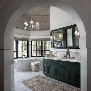 Modelo de cuarto de baño rural con armarios con paneles con relieve, bañera exenta y paredes blancas