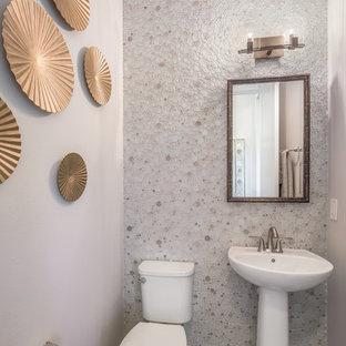 Ispirazione per una stanza da bagno con doccia minimal con WC monopezzo, piastrelle grigie, piastrelle di ciottoli, pareti grigie, pavimento in legno massello medio, lavabo a colonna e pavimento marrone