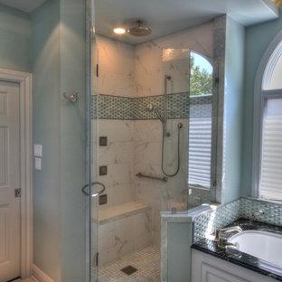 Foto di una stanza da bagno tradizionale con lavabo sottopiano, ante con bugna sagomata, ante grigie, top in granito, vasca sottopiano, doccia ad angolo, pareti verdi, pavimento in gres porcellanato e piastrelle grigie
