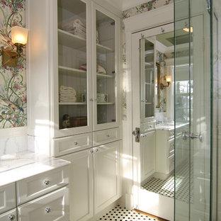 Новый формат декора квартиры: маленькая ванная комната в классическом стиле с стеклянными фасадами и белыми фасадами