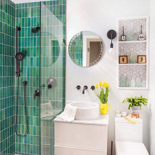 Идея дизайна: маленькая ванная комната в стиле фьюжн с душем без бортиков, раздельным унитазом, зеленой плиткой, белыми стенами, мраморным полом, настольной раковиной, мраморной столешницей, белым полом, открытым душем, белой столешницей, нишей, тумбой под одну раковину, подвесной тумбой, плоскими фасадами, белыми фасадами, керамической плиткой и душевой кабиной