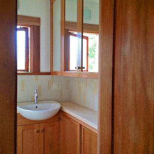 Ispirazione per una piccola stanza da bagno con doccia stile americano con ante in stile shaker, ante in legno scuro, top in pietra calcarea, piastrelle beige e piastrelle in ceramica