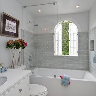 Imagen de cuarto de baño clásico con combinación de ducha y bañera y encimeras blancas