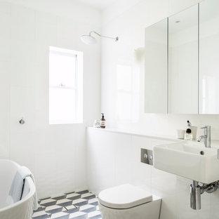 Esempio di una stanza da bagno costiera con lavabo sospeso, pistrelle in bianco e nero e doccia a filo pavimento