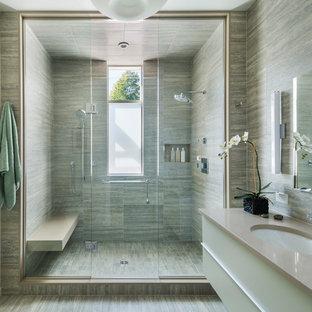 Großes Modernes Duschbad mit flächenbündigen Schrankfronten, braunen Fliesen, beigefarbenen Fliesen, grünen Fliesen, farbigen Fliesen, Porzellanfliesen, Duschnische, Porzellan-Bodenfliesen, Unterbauwaschbecken, Falttür-Duschabtrennung, beigen Schränken, Wandtoilette mit Spülkasten, Quarzwerkstein-Waschtisch, beiger Wandfarbe und buntem Boden in Boston