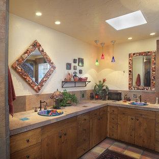 Создайте стильный интерьер: ванная комната в стиле фьюжн с накладной раковиной, искусственно-состаренными фасадами, столешницей из плитки, угловой ванной, терракотовой плиткой, бежевыми стенами, полом из терракотовой плитки и коричневой плиткой - последний тренд