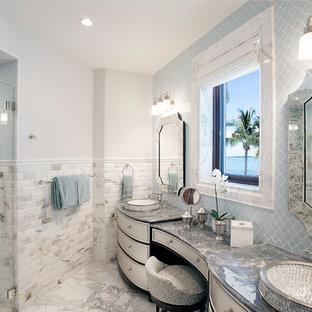 Esempio di una grande stanza da bagno padronale tropicale con ante bianche, pareti bianche, doccia a filo pavimento, piastrelle grigie, piastrelle diamantate, lavabo da incasso, pavimento grigio, porta doccia a battente, ante con riquadro incassato e top in granito