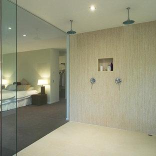 Foto de cuarto de baño principal, minimalista, de tamaño medio, con bañera esquinera, ducha abierta, sanitario de pared, baldosas y/o azulejos beige, baldosas y/o azulejos de porcelana, paredes blancas y suelo de baldosas de porcelana