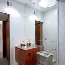 Midcentury Bathroom by Steinbomer, Bramwell & Vrazel Architects