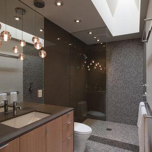 Стильный дизайн: маленькая ванная комната в современном стиле с плиткой мозаикой, открытым душем, врезной раковиной, серыми стенами, фасадами цвета дерева среднего тона, столешницей из искусственного камня, полом из мозаичной плитки, серой плиткой, открытым душем, унитазом-моноблоком, серым полом, плоскими фасадами и коричневой столешницей - последний тренд